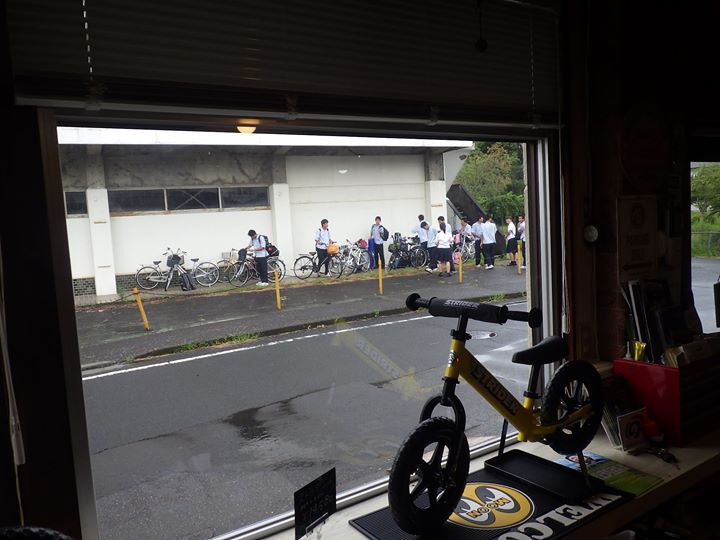 突然の雨、当店前の建物で学生達が雨やどり、なんかほのぼのして学生時をちょっぴり思い出しました。