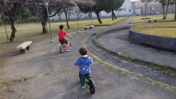 今日も暖かい1日でしたね、子ども達も動き回り楽しそうでした、そして素敵なお客さんが来てくれ、我が子がしっかりサポートし店舗前の公園で一緒に遊んでました。