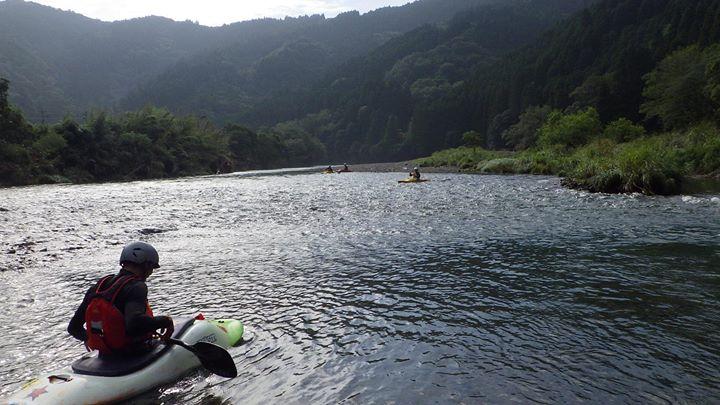昨日のことですが、お客さんからカヌーと沢登りがしたいというご依頼を受け、午前中カヌーして午後から上祝子に向かい沢登り、水はめっちゃ綺麗で景色も最高。
